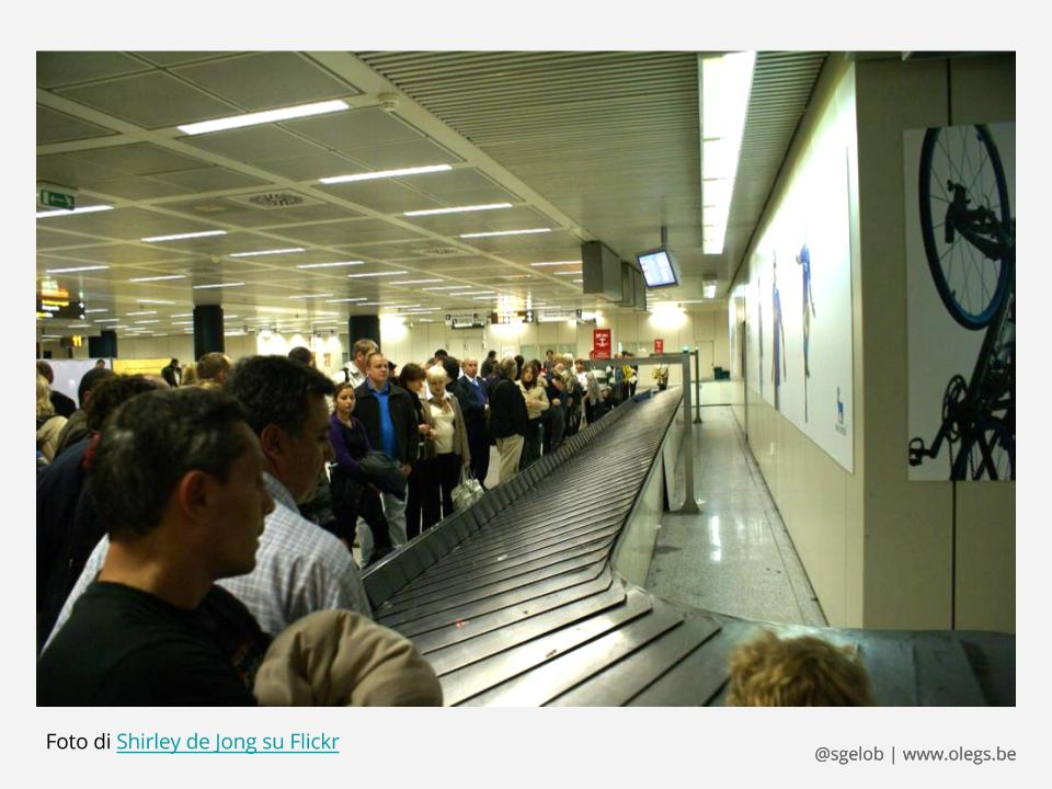 Attesa dei bagagli in un aeroporto